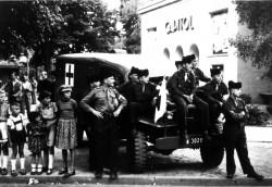 Frohnauer Kinder und französische Soldaten während eines Radrennens am Ludolfinger Platz, 1952