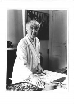Hannah Höch in ihrem Atelier in Heiligensee © Museum Reinickendorf