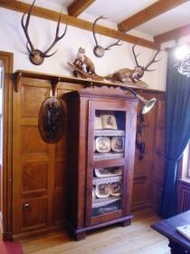 Glasvitrine aus 19. Jh. zeigt Geschirr mit Jagdszenen
