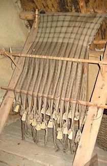 Mit diesem einfachen Webstuhl wurden im Web- und Spinnhaus Textilien hergestellt.