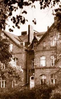 Außenansicht aus der Zeit, in der das Museum noch eine Schule war