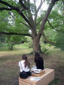 Schülerinnen am HIstorischen Ort Krumpuhler Weg